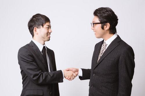 握手する二人の男性の画像