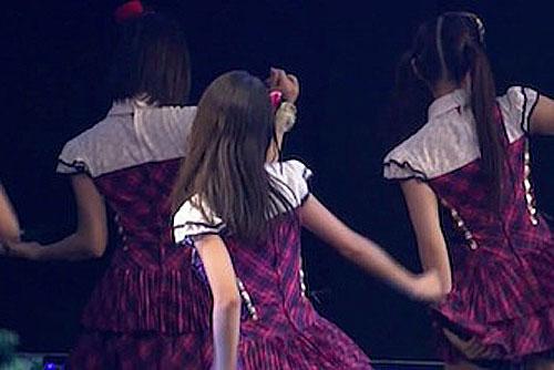 踊るアイドルの後ろ姿の画像