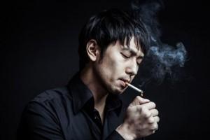 タバコを吸う男性の画像
