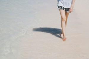 海辺を歩く女性の足の画像