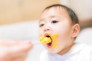 口を大きく開ける赤ちゃんの画像